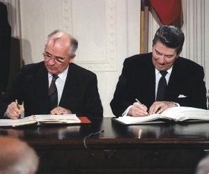 Gorbachev-Reagan-Signing-1987jpg